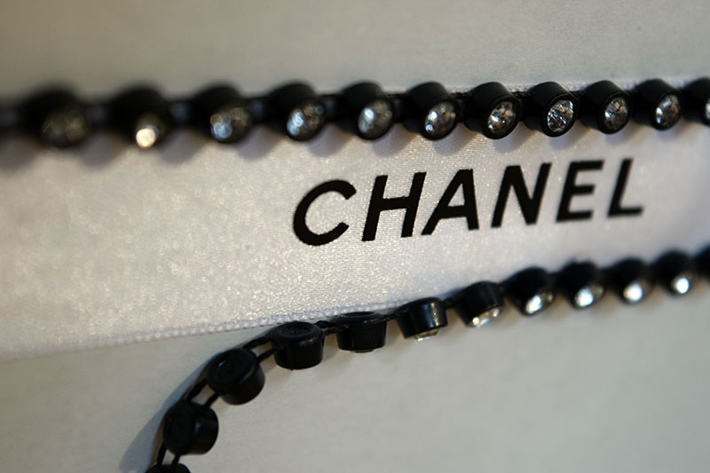 Chanel Ribbon D-I-Y Choker. Embellishment of your choice. Alwaysuttori.com. 2016.